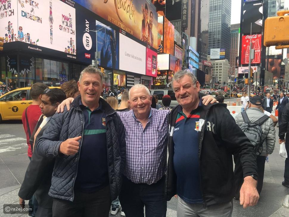 صورة لـ 3 رجال ليس لدى أيّ منهم هاتف محمول تشعل الإنترنت