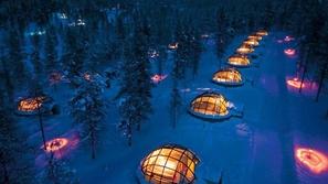 فندق الأكواخ الزجاجية في محيط من الثلوج
