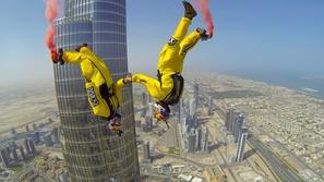 بالفيديو: مشهد يحبس الأنفاس لأطول قفزة بالعالم من برج خليفة