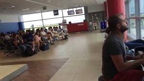 شاب عربي يفاجئ المسافرين في مطار براغ شاهد كيف!