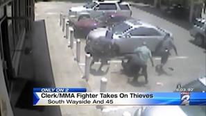 لصوص يحاولون سرقة عامل يتفاجؤون ببطل للفنون القتالية