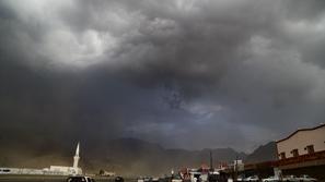 سحابة سوداء تثير الخوف وتغلق طرق مدينة الطائف بالسعودية