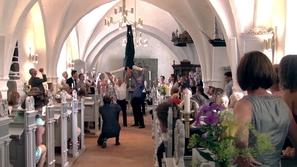 بالفيديو : حفل زفاف خيالي ينطلق في الكنيسة مع مجموعة حركات  بهالوانية