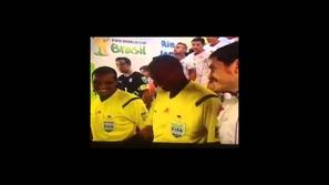 لقطة مضحكة و محرجة لحكم مباراة اسبانيا وتشيلي في كاس العالم 2014