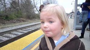 بالفيديو: انبهار طفلة بقطار يحصد 4 مليون مشاهدة في يوتيوب