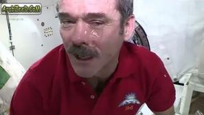 ماذا يحدث عندما تبكي في الفضاء ؟