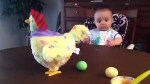 شاهد ردة فعل الطفل عندما تضع الدجاجة البيض!