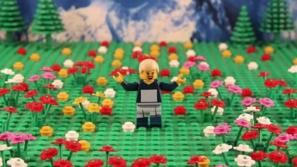 مراهق يصنع عالمه الخيالي بألعاب الليغو