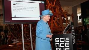 بالصور : ملكة بريطانيا تدخل عالم