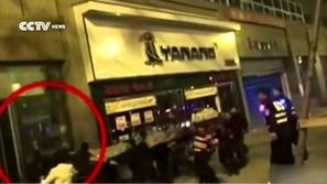 بالفيديو : لحظة إنقاذ فتاة حاولت الانتحار من أعلى مبنى