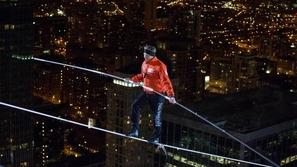 محاولة انتحارية من مغامر يسير على سلك بين ناطحات السحاب في شيكاغو