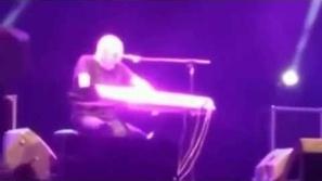 بالفيديو : لحظة وفاة فنان إيطالي وهو يغني على المسرح