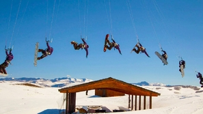 بالفيديو : مغامرون يصنعون من طقس الشتاء تحدٍ من أجمل مايمكن !