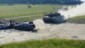 فيديو: دبابة تسحق بي إم دبليو وتحولها إلى فتات في لحظات!
