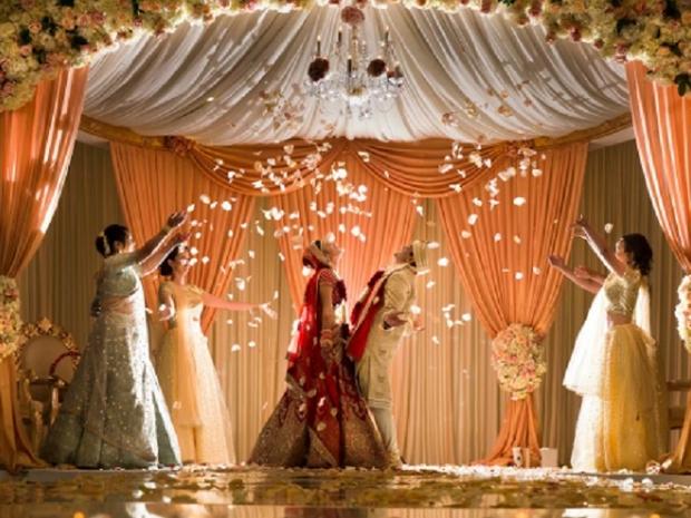 قبل حفل الزفاف بأيام: تصرف يفاجئ الجميع من والد العريس ووالدة العروس