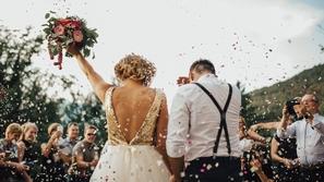 مصادفة عجيبة.. جدات العريس والعروس يرتدين الثوب نفسه في حفل زفاف !