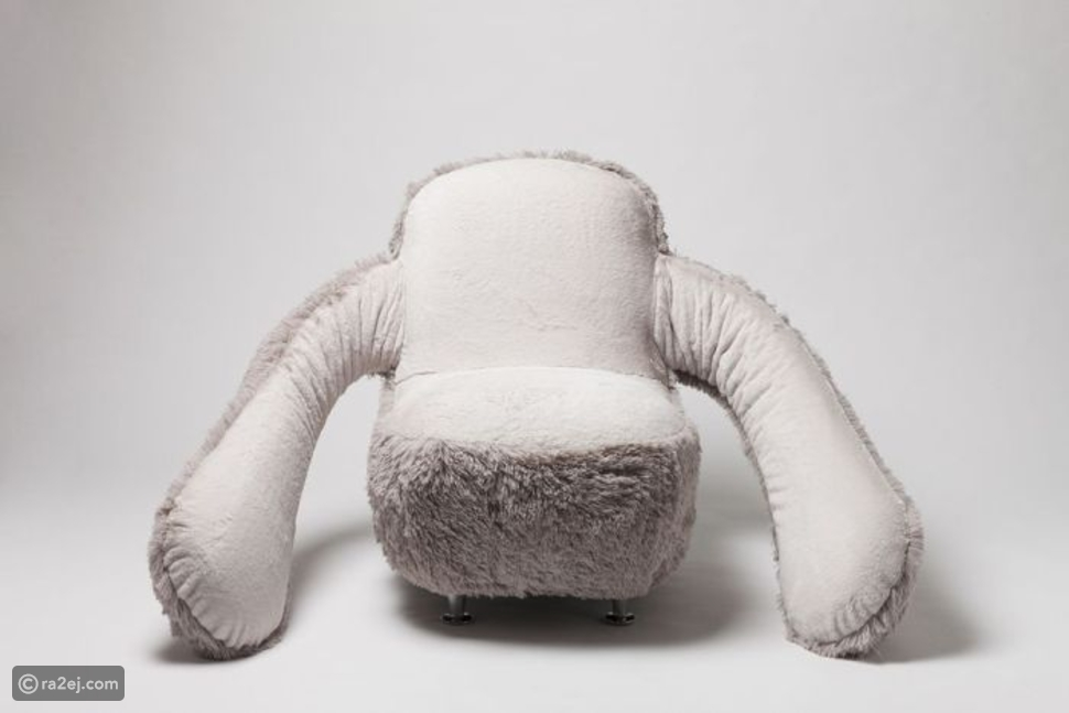 بالصور: كرسي العواطف.. يمنح اصحابه عناقاً مجانياً كلما شعروا بالوحدة!