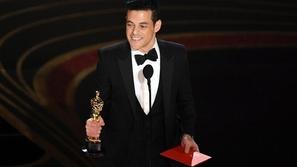 رغم مساعدة المشاهير.. ربطة عنق رامي مالك تصر على التمرد في لقطة مضحكة