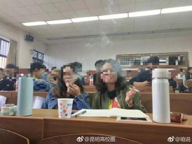 يدخنون داخل الفصل