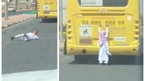 فيديو: لقطات صادمة لطفل يسقط وسط طريق سريع من حافلة مدرسية