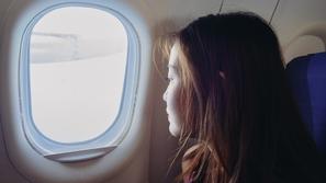 جنون الحب: فتاة تحطّم نافذة طائرة بسبب تخلي عشيقها عنها