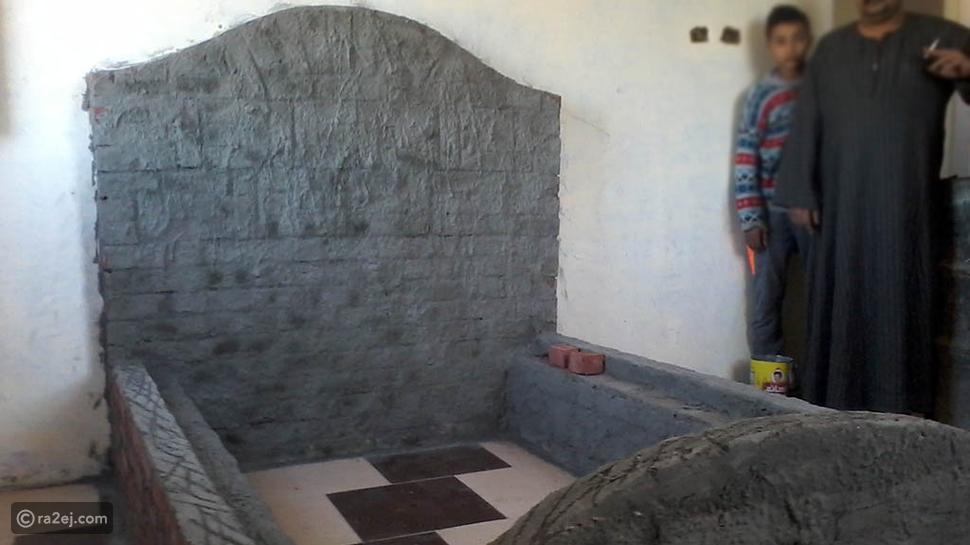 شخص يبني أثاث غرفة نوم ابنه بالطوب والأسمنت