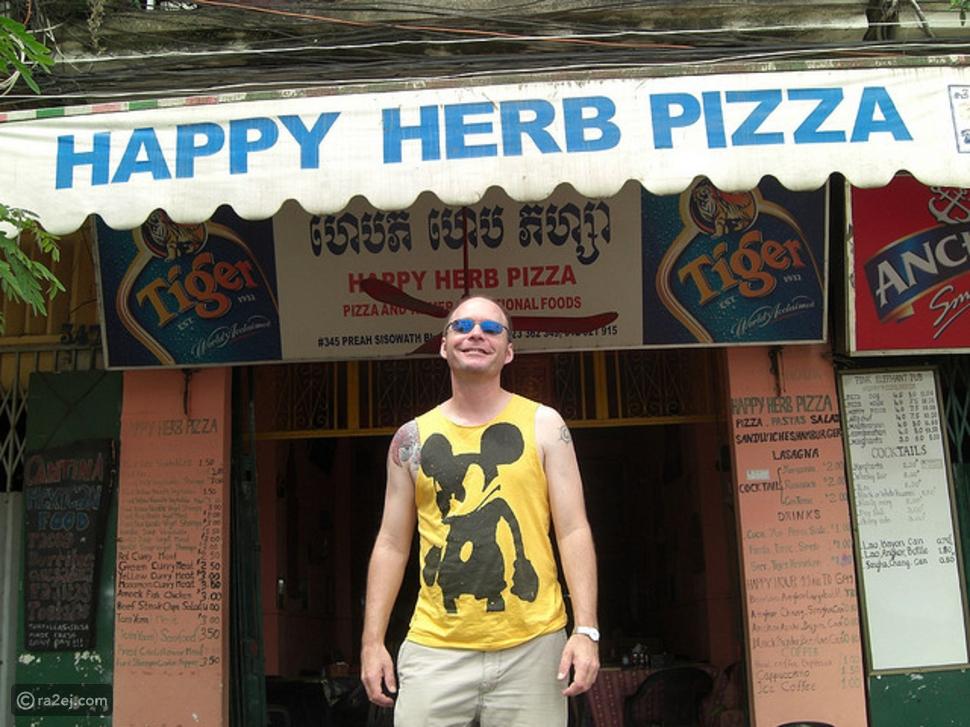 """بالصور: لن تصدقوا سر الإقبال على """"البيتزا السعيدة"""" في كمبوديا"""