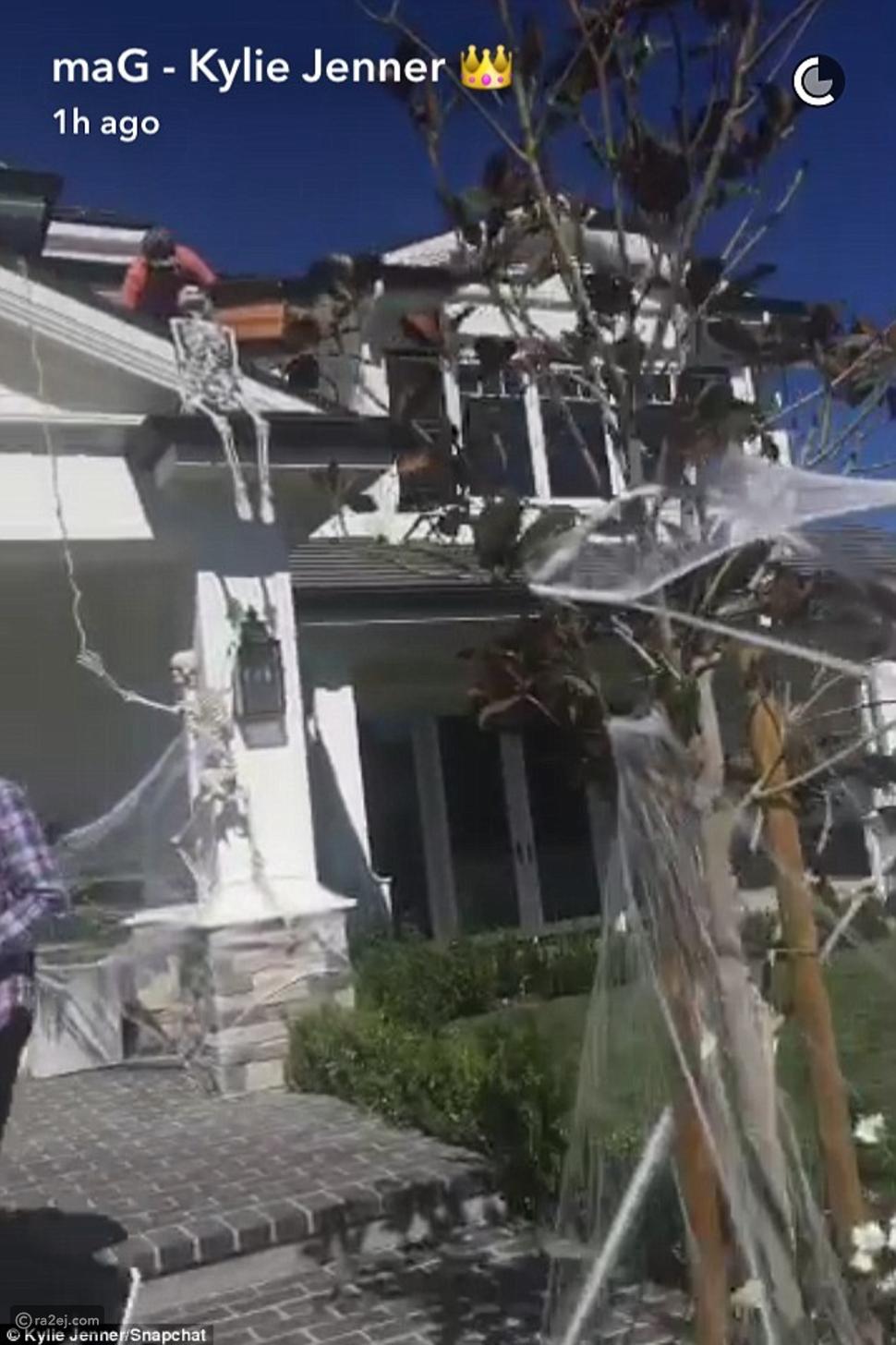 بالصور: هكذا زينت كايلي جينر منزلها الفخم استعداداً للهالويين!