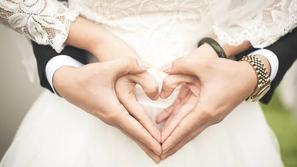 شاهد: حفل زفاف يثير الجدل في مصر بسبب ملابس العروسان
