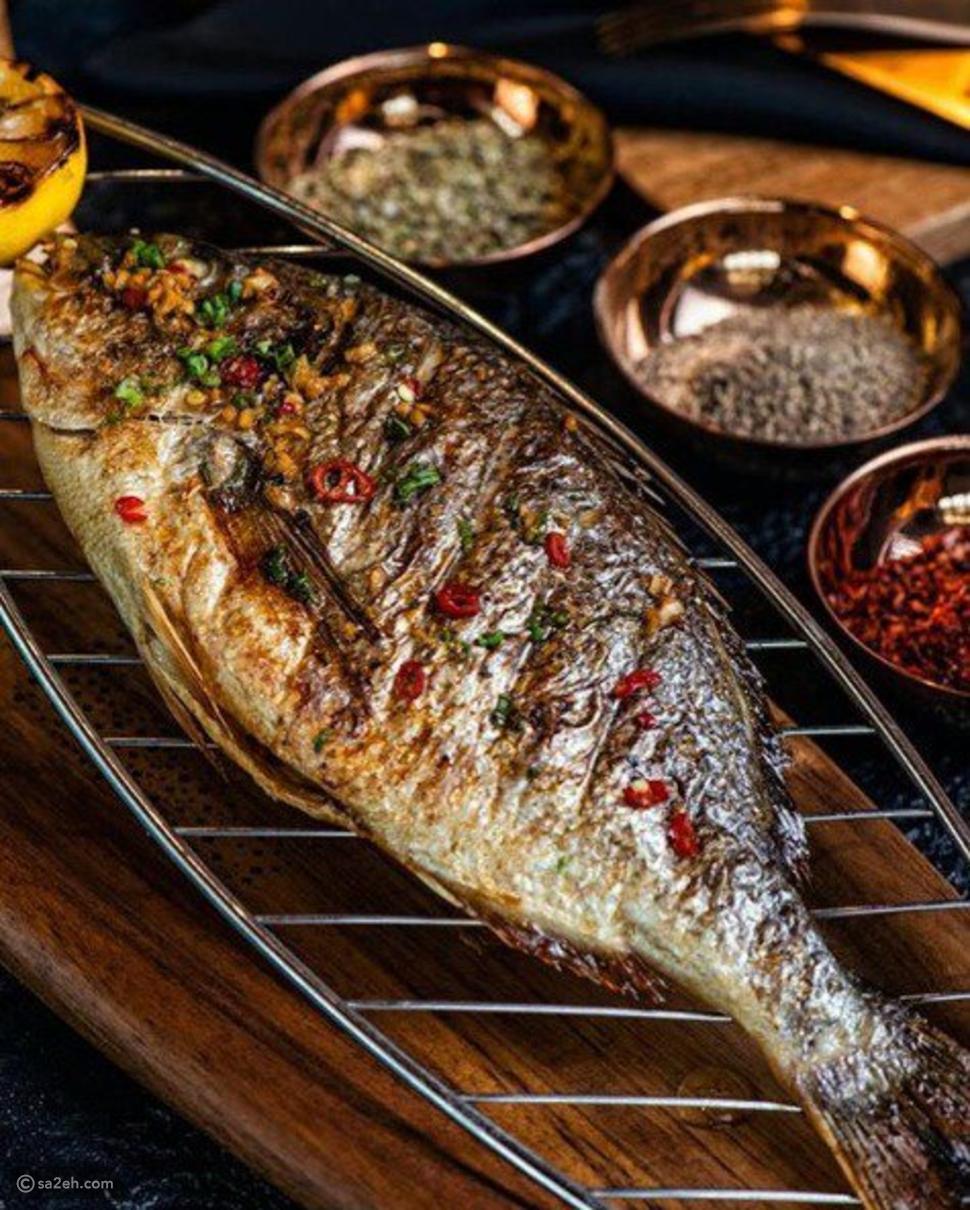 صور مطعم إماراتي يقدم سمكة مغطاة بذهب عيار 23: سعر الطبق مفاجأة