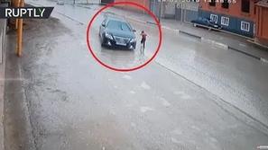 فيديو: مهارة رائعة لسائق يتجاوز خطأ طفل وينقذه من الموت دهساً