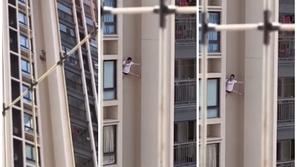 فيديو: لقطات تحبس الأنفاس لشاب يحاول إنقاذ نفسه من الموت