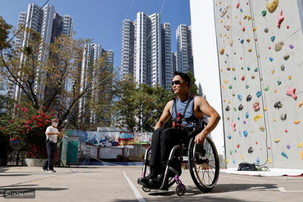 رجل يتسلق ناطحة سحاب بكرسي متحرك: والسبب إنساني