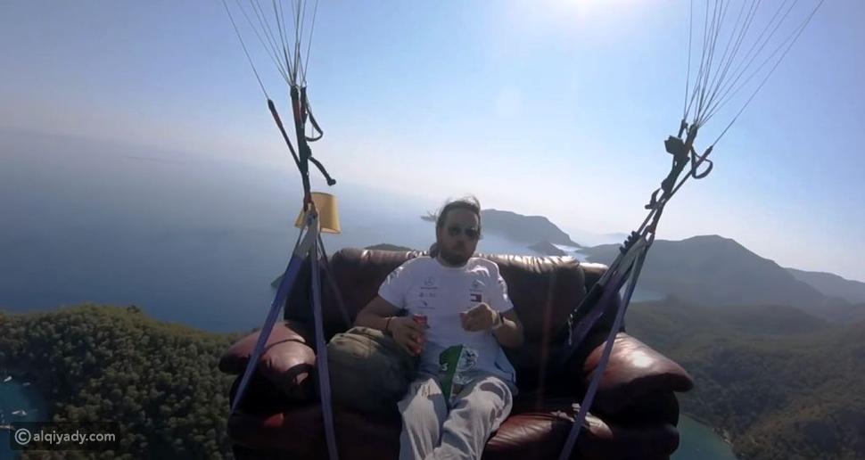 تركي يطير بأريكته في سماء البحر الميت: لمشاهدة أفلام الكارتون
