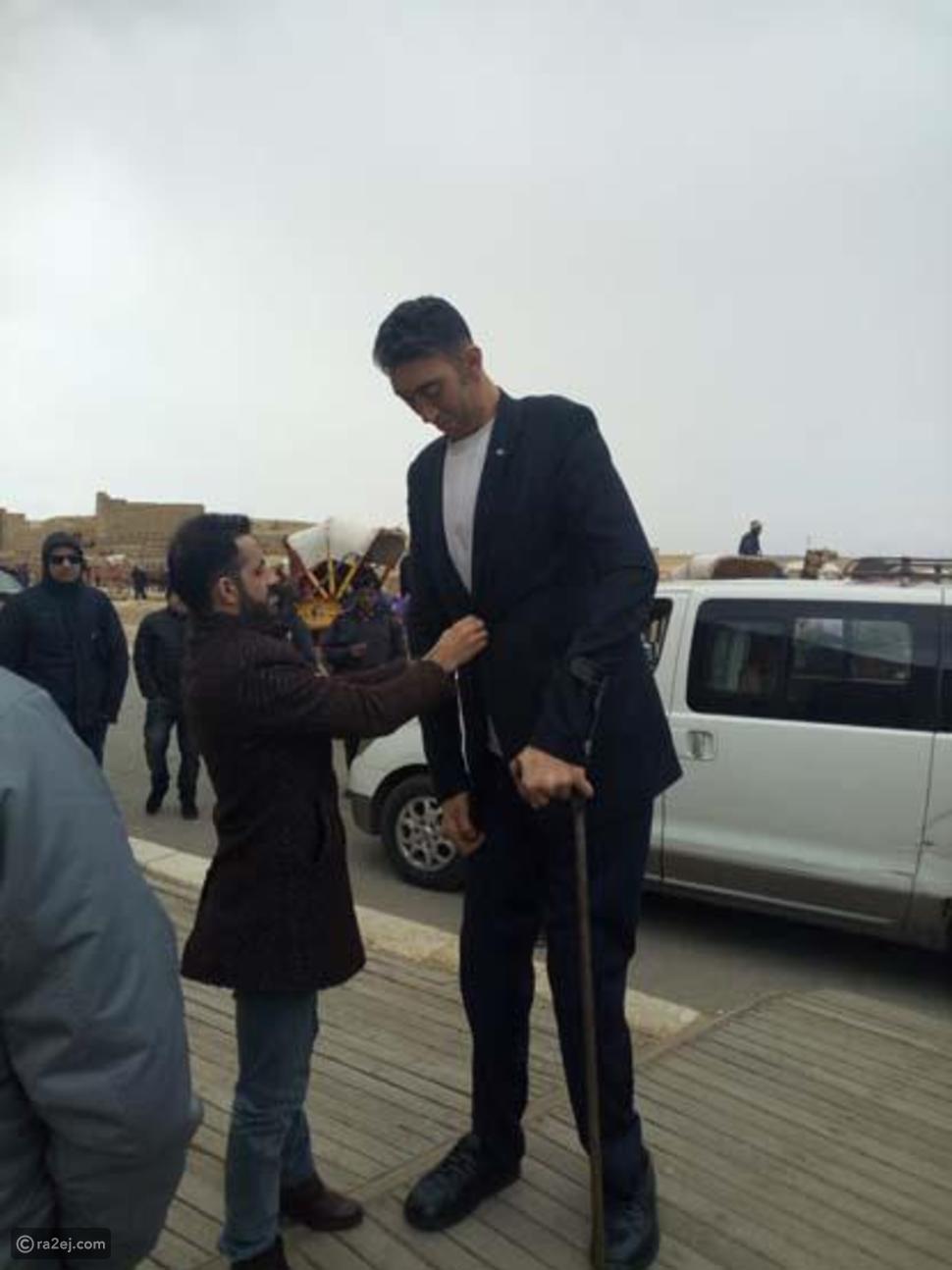 لقاء أطول رجل وأقصر امرأة في العالم في منطقة الأهرامات