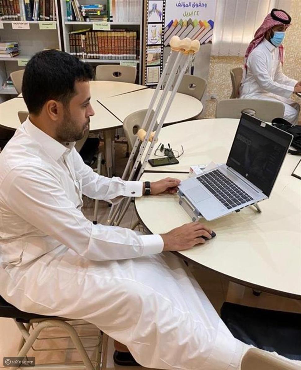 مدرس سعودي يواصل عمله على عكازين لمتابعة الطلاب: ماقصته؟