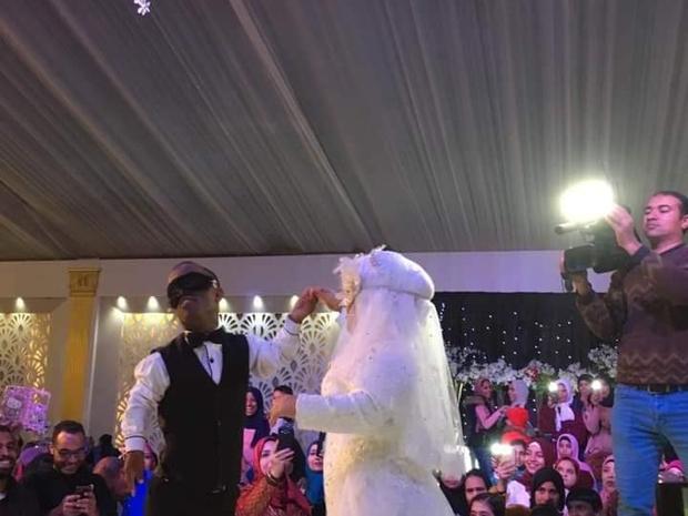 ويتجاوز العروسين الحواجز الإجتماعية