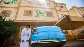 مواطن سعودي يؤكد على قواعد النظافة خلال أزمة كورونا بطريقة ذكية
