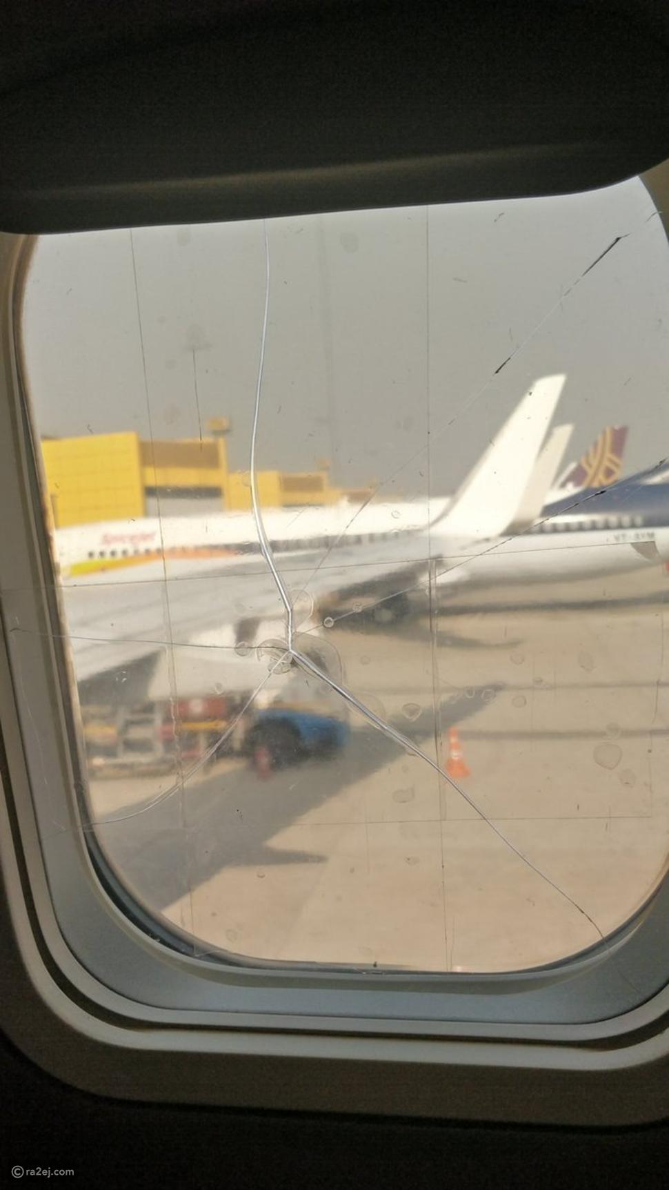 طاقم طائرة يصلح تشققات زجاج نافذة مكسورة بطريقة غير متوقعة!