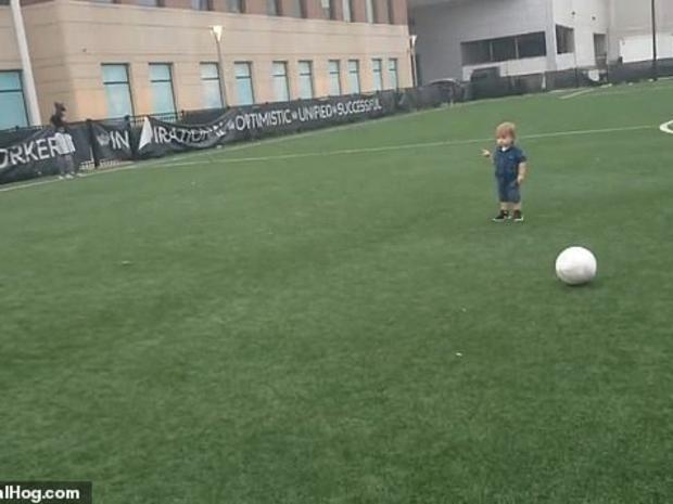 الطفل يركض خلف الكرة