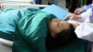 فيديو طبيبة صينية تضرب مريضة داخل غرفة العمليات لسبب لا يصدق!