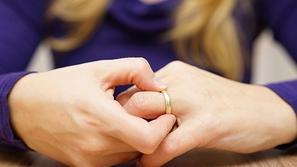 كرم الزوج الزائد مع أصدقائه تسبب في طلاقه من زوجته