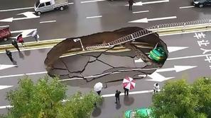فيديو: هكذا انشقت الأرض وابتلعته داخل سيارته.. نجا من الموت بأعجوبة!