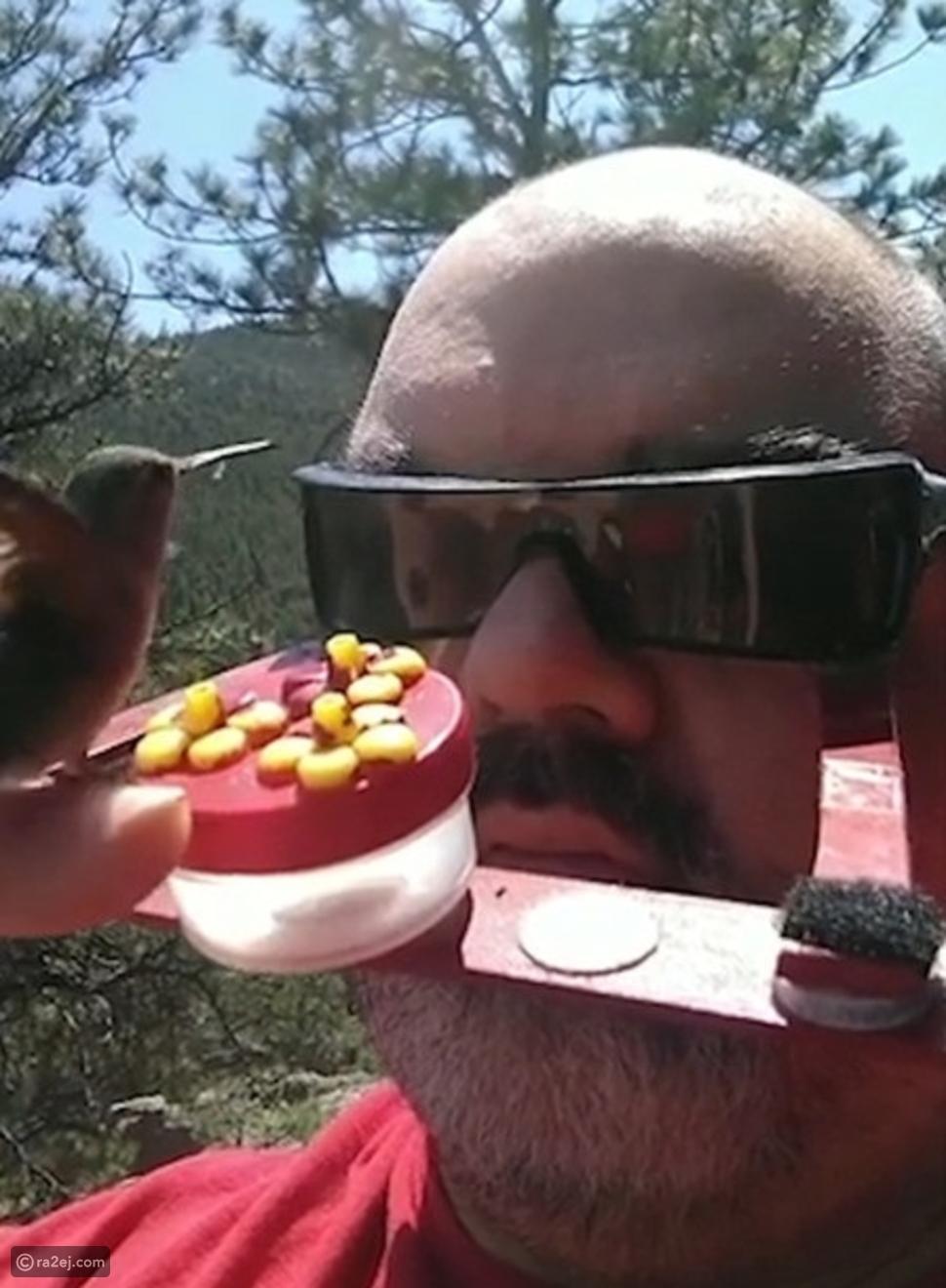 موهبة غريبة: رجل يحول وجهه سلة غذاء من أجل الطيور