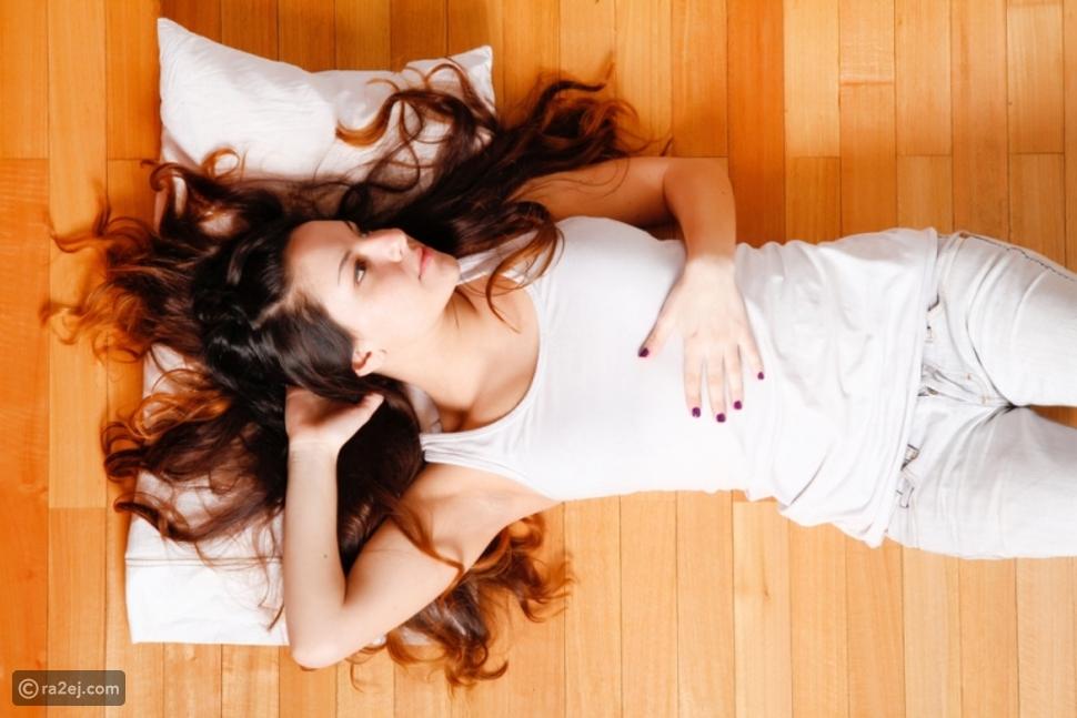 النوم على الأرض أفضل من السرير لهذه الأسباب