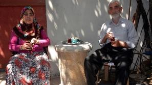 عاش لسنوات يستخدم عمود أثري كطاولة قهوة دون أن يدري قيمته الثمينة!
