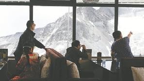 تعرفوا على أعلى مقهى في العالم داخل جبل جليدي!