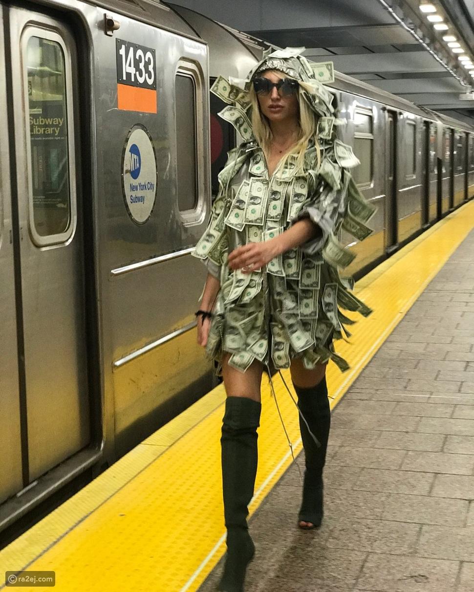 صور: لهذا السبب ارتدت عارضة أزياء فستاناً من النقود وتجولت داخل المترو