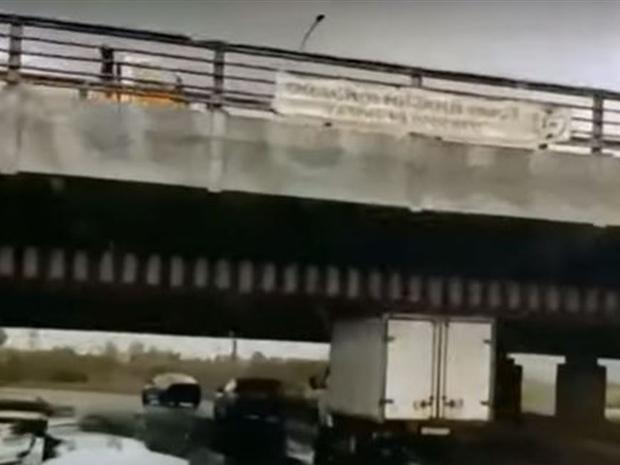 يمكن ملاحظة عدم وجود فارق بين الشاحنة والجسر