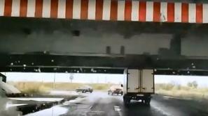 لأول مرة من 10 سنوات.. شاحنة تمر بسلام من تحت الجسر الملعون دون ضرر
